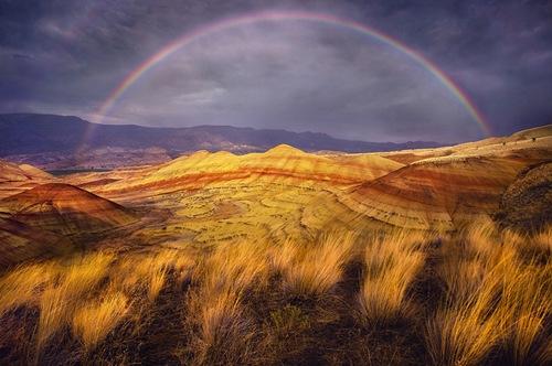 Được biết với tên gọi là Painted Hills (đồi Sơn) bởi chúng có màu sắc sặc sỡ, là một phần của Khu bảo tồn địa tầng hoá thạch quốc gia John Day, bang Oregon (Hoa Kì)
