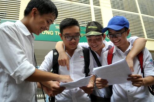 Học sinh vui vẻ sau giờ thi môn Hóa ở điểm thi THPT Nguyễn Tất Thành. Ảnh: Quý Đoàn.