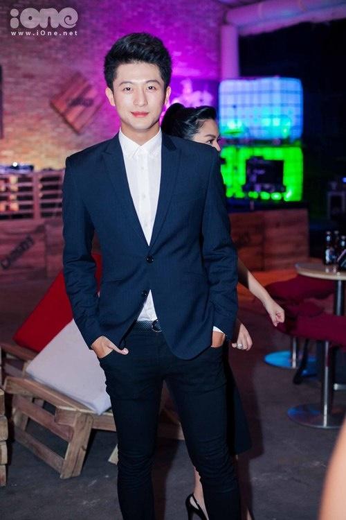 Trước khi gia nhập showbiz Harry từng đi những quán pub và bar khá nhiều để xã giao với những người bạn chung trường hoặc bạn từ Đài Loan sang thăm. Sau này khi đã tham gia giải trí rồi thì giảm bớt để tập trung cho công việc.