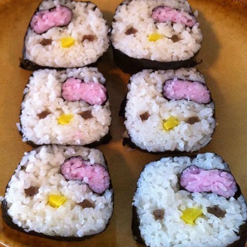 Đến cả sushi cũng làm được thành hình mèo.
