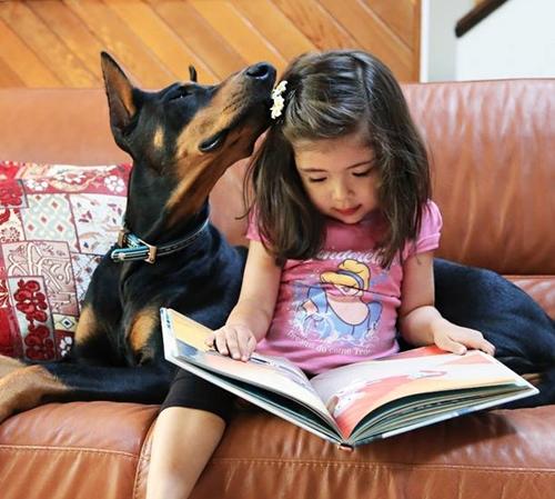 Siena và Buddha trở thành hai người bạn thân thiết từ khi chú chó mới ra đời. Những giây phút đáng yêu, quấn quýt không rời suốt ngày của Siena và Buddha đều được gia đình cô bé chụp lại.
