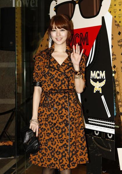 Eun Hye phối hợp hài hòa váy họa tiết da báo với vòng tay, túi xách.