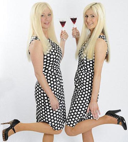 Hai mẹ con bà Janet trông như chị em sinh đôi.
