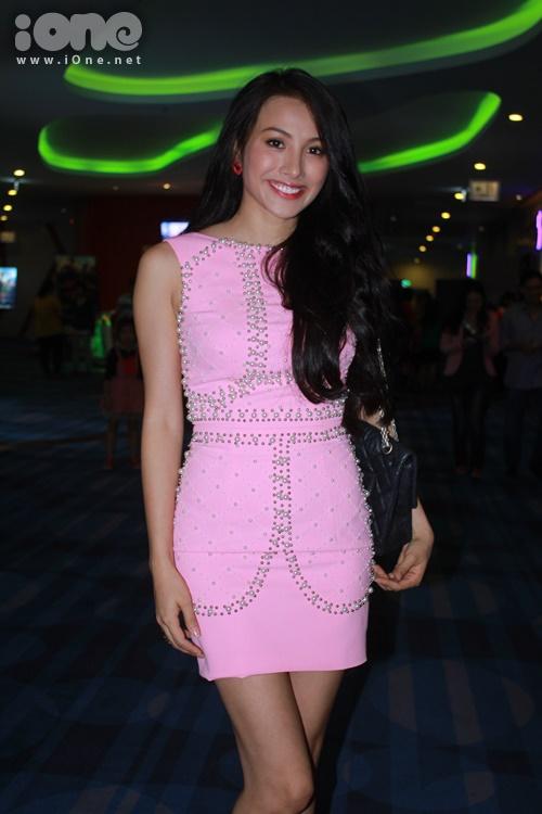 Trương Nhi khoe đường cong táo bạo với bộ váy hồng ôm sát cơ thể, họa tiết