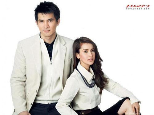 Tuy không còn trẻ trung, nhưng sét về ngoại hình cũng như tài năng thì chắc hẳn chưa một cặp đôi trẻ nào của Thái Lan có thể qua mặt được hai diễn viên kỳ cựu này. Ngoài Sawan Biang, cặp đôi này đã hợp tác và tạo nên thành công khá nhiều điển hình như: Rang Ngao, Oum Ruk, Sood Sanae Ha, 365 Wun Haeng Ruk.