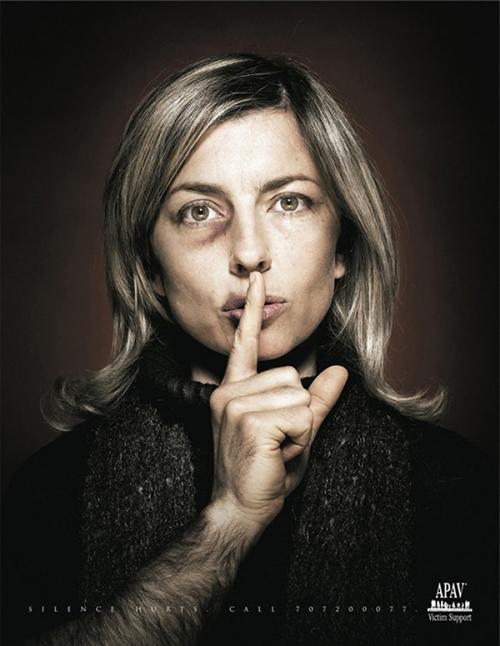 Người phụ nữ trong gia đình âm thầm chịu đựng nỗi đau trong im lặng khi tiếng nói của họ bị ngăn lại bởi người đàn ông.