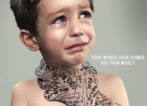 : Ngu ngốc! Nghèo hèn!... - Những lời nói thiếu suy nghĩ, vô tình của người lớn có thể xúc phạm, ảnh hưởng đến sự phát triển của trẻ em.