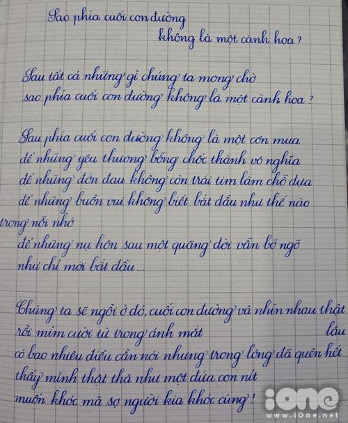 Bài thơ Sao phía cuối con đường không là một cành hoa? của Nguyễn Phong Việt được Ngân viết lại bằng nét chữ in nghiêng.