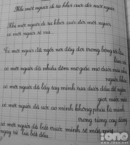 Những dòng chữ viết lại đoạn trích trong bài thơ Khi một người đi ra khỏi cuộc đời một người... rất đều đặn, tròn trịa như chữ in.