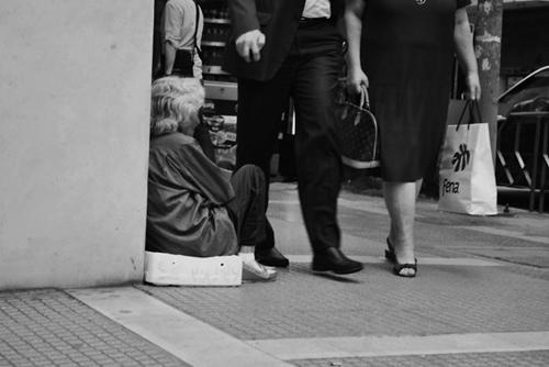 Khoảng cách lớn giữa giàu và nghèo trong cuộc sống hiện đại dễ khiến con người trở nên thờ ơ, vô tình lướt qua nhau.
