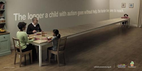 Hãy thu hẹp khoảng cách với trẻ tự kỉ bằng sự quan tâm chân thành.