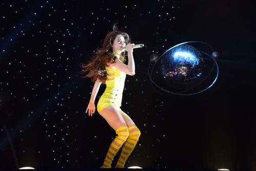 Chương trình Đêm hội chân dài lần 8 vừa diễn ra tối 11/6 tại TP HCM với những màn trình diễn thời trang và ca nhạc.