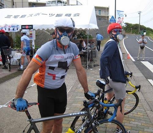 Du khách luôn phải đeo mặt nạ phòng khí độc khi đặt chân đến quần đảo Izu. Ảnh: imgur.