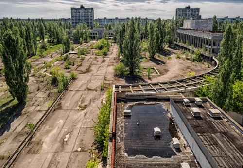 Khung cảnh hoang tàn của thị trấn Pripyat khiến nhiều người sởn gai óc khi đến tham quan nơi đây. Ảnh: justwalkedby.