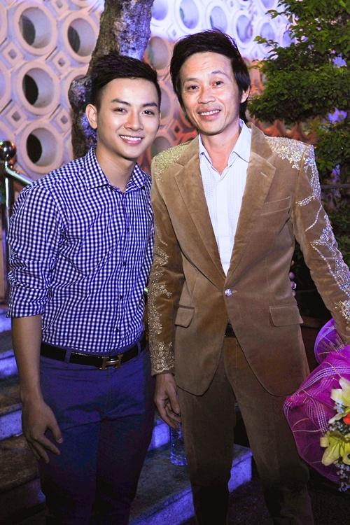 Tối 12/6, Hoài Lâm cùng cha nuôi Hoài Linh tham gia chương trình kỉ niệm 10 năm sân khấu Nụ cười mới