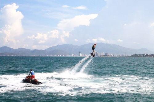 flyboard được nối với một chiếc mô  tô nước bằng ống hút nước cực mạnh. Ảnh: flyboard Nha Trang