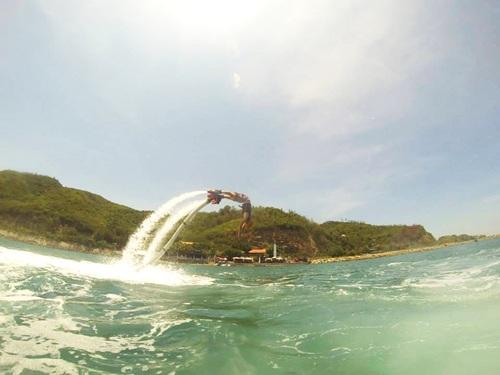 Teen sẽ có cơ hội để biến thành những chú cá heo nhờ flyboard. Ảnh: flyboard Nha Trang.