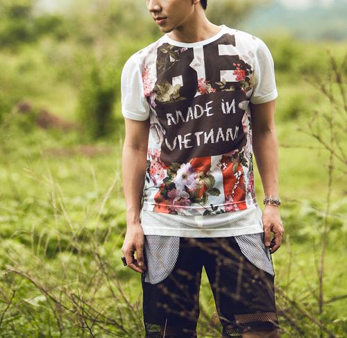 4. Họa tiết hoa, áo số:  Hai xu hướng chưa hề hạ nhiệt được kết hợp trên mẫu áo Tshirt 2 in 1 in màu khá đẹp trên chất liệu vải lưới, kết hợp với quần short rộng xuyên thấu tông trắng đen.