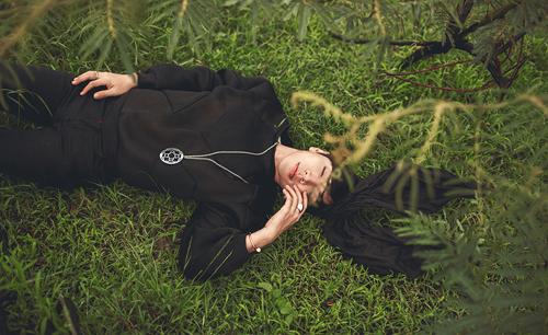 Stylist: Ti Ak Photographer: Joe Rom Make up: Lily Vy Fashion: B21 by Trương Thanh Long,  67A Mạc Đĩnh Chi, P. Đa Kao, Quận 1