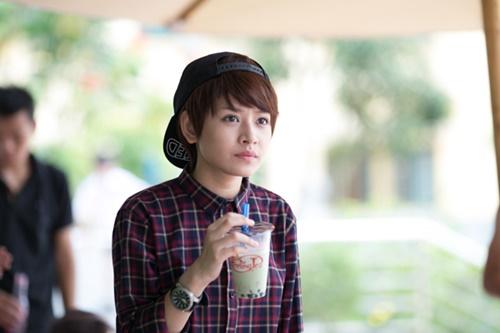 Cô diễn viên trẻ lần đầu chia sẻ về nhân vật Q phim ngắn My Sunshine - do Chi tự sản xuất và đồng đạo diễn - là con gái giả trai, và là một nhân vật có tính cách thú vị.)