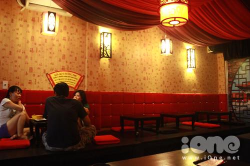 tên quán cũng được đặt dưới tên của một tài tử Trung Hoa có tài về nghệ thuật. Nhân vật này cũng được dựng thành phim của hang TVB và trở thành cơn sốt một thời: Đường Bá Hổ. Quán với lối kiến trúc đậm chất Trung Hoa, mang màu chủ đạo là đỏ, tượng trưng cho sự may mắn và thịnh vượng.