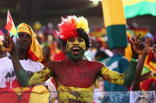 """Fan của đội Ghana """"nhuộm"""" toàn thân bằng ba màu của quốc kỳ."""