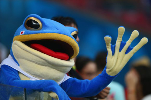 Một fan Nhật Bản dễ thương trong lốt ếch xanh.