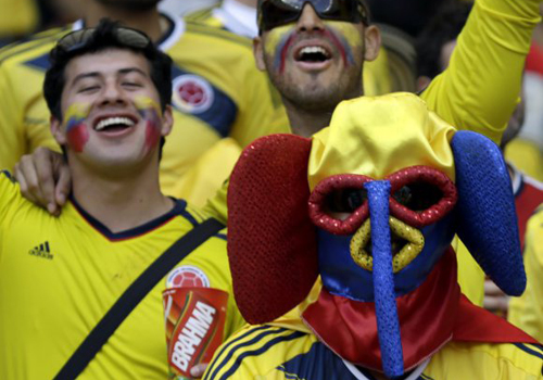 Một fan Colombia chẳng ngại trời nắng nóng, đội mũ chú voi trùm đầu.