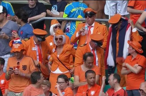 Nhóm CĐV Hà Lan cosplay thành một phi hành đoàn trên khán đài.