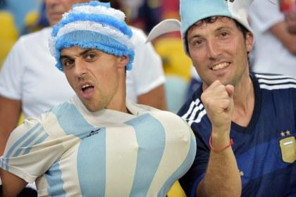 CĐV Argentina chơi trội với hai trái bóng độn ngực.