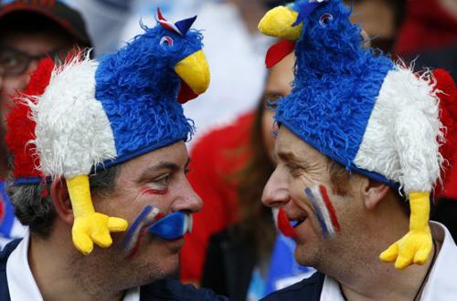 Những củ cà rốt phía trên có lẽ cũng không hài hước bằng hai chiếc mũ gà trống Gaulois của CĐV Pháp.