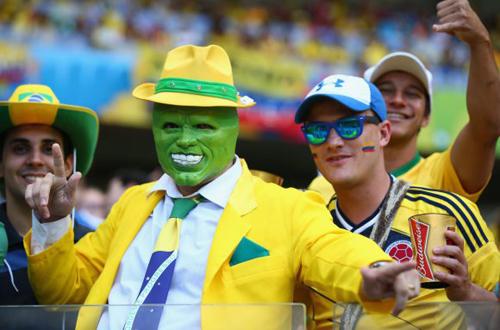 CĐV đội Brazil mượn hình ảnh Jim Carrey trong phim The Mask để thể hiện tình yêu với đội bóng vàng - xanh.