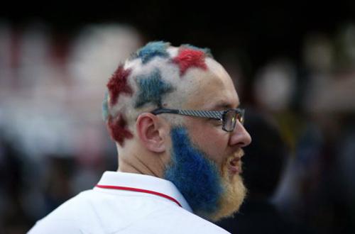 Fan Mỹ chịu chơi này cạo tóc thành hình những ngôi sao nhỏ, đồng thời nhuộm tóc và râu thành màu của lá cờ Mỹ.