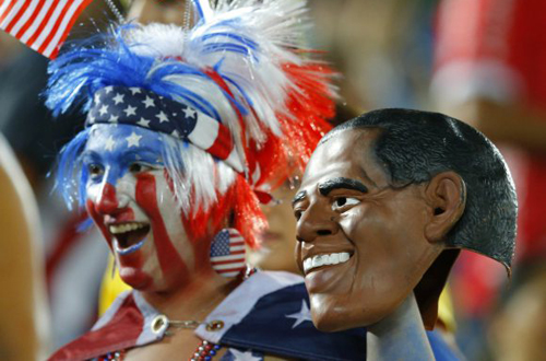 Mặt nạ hình tổng thống Obama được một fan mang đến sân vận động xem đội tuyển Mỹ thi đấu.