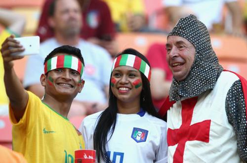 Kỹ sị Anh được các cổ động viên Italia xin chụp ảnh chung.