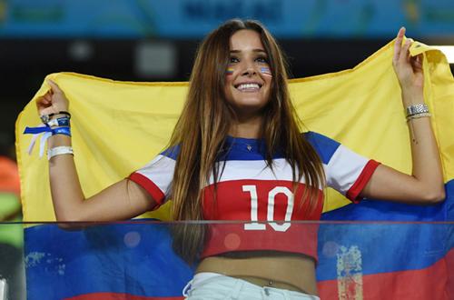 CĐV nữ cầm cờ Columbia và mặc áo Chile.