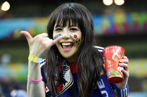 Fan nữ của đội Nhật hào hứng trong trận đấu.
