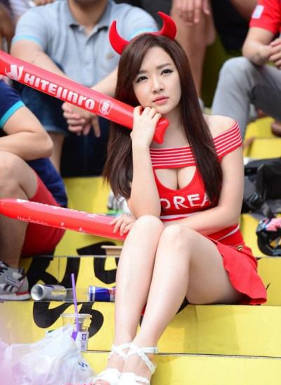 Một fan nữ Hàn Quốc xinh đẹp và gợi cảm trên khán đài.