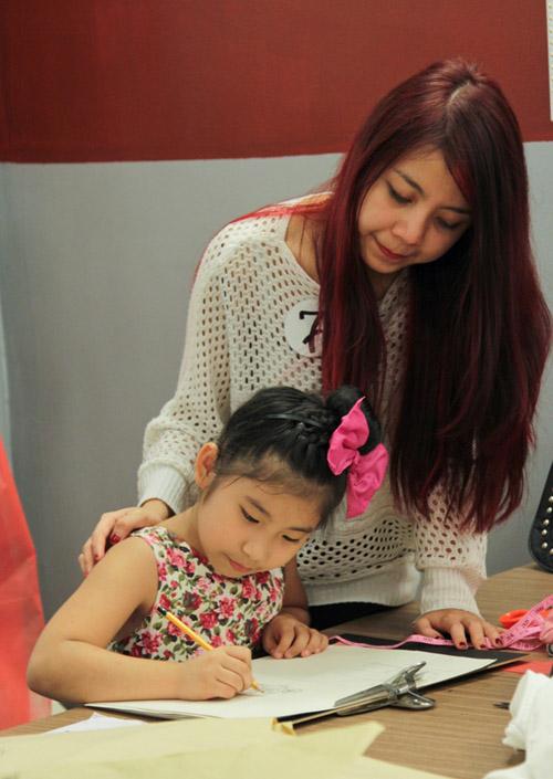 Hồng Lam có vẻ là NTK được lòng các người mẫu nhí nhất, cô khiến các NTK khác ghen tị vì khả năng  dụ con nít rất khéo léo của mình, người mẫu nhí đầu tiên là bé Uyên Nhi có ngoại hình khá đáng yêu đã ngay lập tức chọn Hồng Lam trong sự tiếc nuối của các đối thủ còn lại.