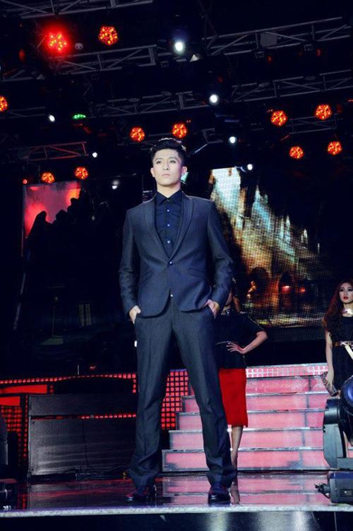 Với ngoại hình chuẩn và gương mặt sáng giá, Harry được mời làm người mẫu thời trang