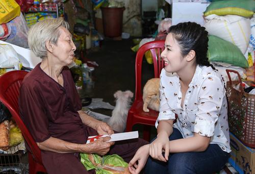 Gần đây cộng đồng mạng, đặc biệt là những người yêu chó mèo đang rất quan tâm đến trương hợp cụ bà Lê Thị Quý, hiện đã 80 tuổi sống một mình tại căn nhà cũ nát tại quận Bình Thạnh, tp Hồ Chí Minh và điều đặc biệt bà dành sự quan tâm yêu thương hết mực cho những chú chó mèo bị bỏ rơi. Ngọc Hân cũng là một người rất yêu quý động vật và nhân chuyến công tác tại TP Hồ Chí Minh vừa qua, cô tranh thủ ghé thăm bà