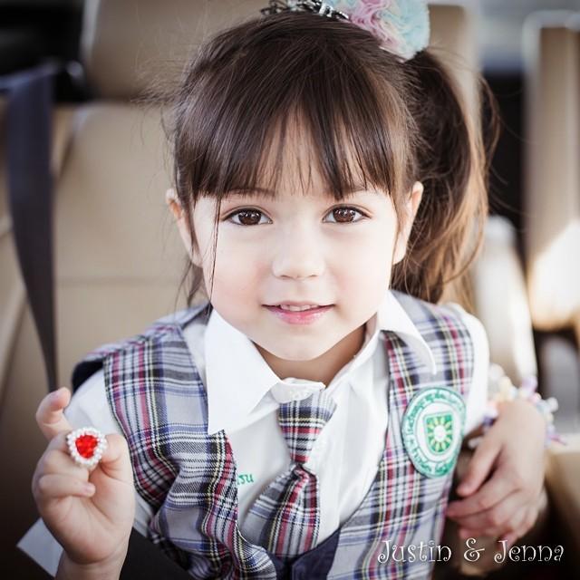 Cô bé có đôi mắt to tròn trong veo và nụ cười rất dễ thương.