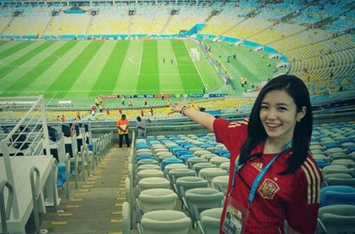 Nữ phóng viên Hàn Quốc rạng rỡ trên sân bóng.
