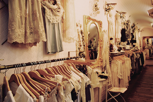 Nhiều shop quần áo vintage mọc lên như nấm trước nhu cầu tìm mua đồ vintage của nhiều bạn gái.