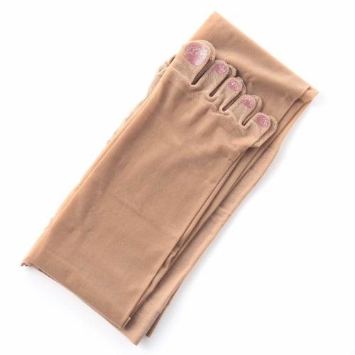 Kiểu quần tất này có thiết kế và màu sắc giống các loại tất da chân thông thường, chỉ khác biệt ở phần đầu chia thành các ngón chân rõ ràng với lớp sơn in sẵn.