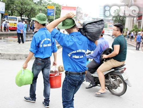 """Bác Bình quê Nam Định cho biết: """"Bố con tôi dậy đi từ rất sớm xuống đây để làm thủ tục dự thi cho em nó, ban đầu cũng bỡ ngỡ nhưng may mắn gặp được các bạn tình nguyện giúp đỡ tìm nhà trọ chỉ đường tận tình. Nên bố con tôi cũng cảm thấy an tâm phần nào""""."""