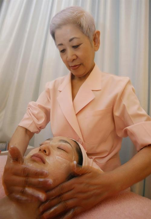 Bà Chizu hướng dẫn chăm sóc da theo phương pháp mới