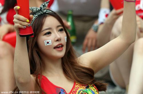 Nữ CĐV xinh đẹp lọt vào tầm ngắm của ống kính phóng viên khi đang theo dõi trận đấu giữa đội Hàn Quốc và đội Nga.