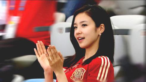 Hình ảnh Jang Ye Won mặc đồng phục đội Tây Ban Nha, vỗ tay cổ vũ cho trận đấu rồi bất chợt nhìn về phía camera mỉm cười tươi tắn được đông đảo fan bóng đá chia sẻ trên mạng.