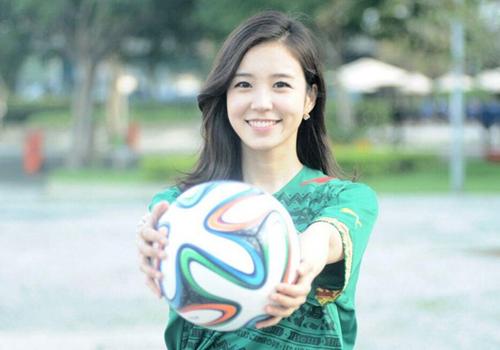 Jang Ye Won, phóng viên của đài SBS Hàn Quốc, thu hút sự chú ý của đông đảo fan World Cup, nhất là các fan nam, sau khi hình ảnh xinh đẹp trong khi tác nghiệp của cô được cộng đồng mạng chia sẻ rộng rãi.
